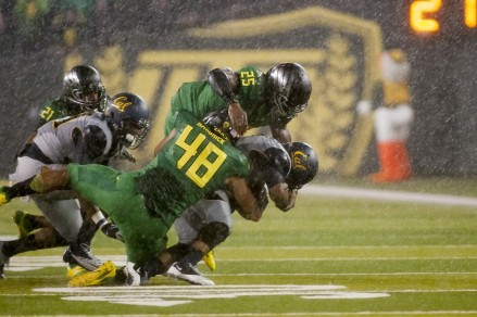 Ducks tackling and shutting down Cal runner