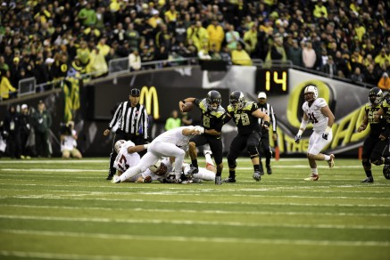 Mariota breaks a tackle against Stanford.