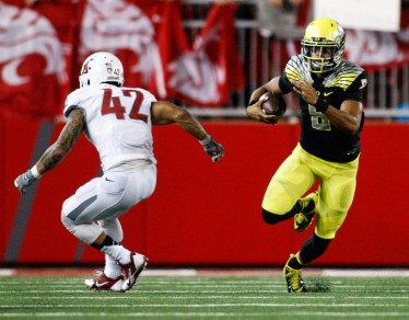 Mariota evades a Washington State defender
