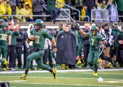 Marcus Mariota speeds past a Colorado defender.