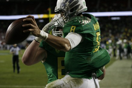 Mariota celebrates after a touchdown with team in the Pac-12 Championship.
