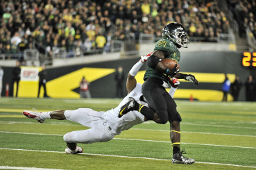 Kenjon Barner rushing against University of Arizona in 2012. Barner came to Oregon has 3-star cornerback.