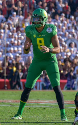 Mariota waits for the snap.
