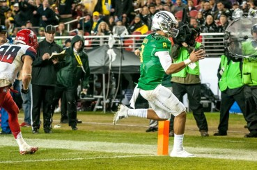 Mariota rushing into the end zone for the TD.