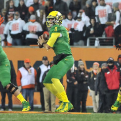 Marcus Mariota drops back for a pass against in state rival Oregon state