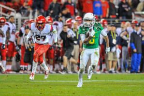 Charles Nelson running away from Arizona defenders in the Pac-12 Championship game.