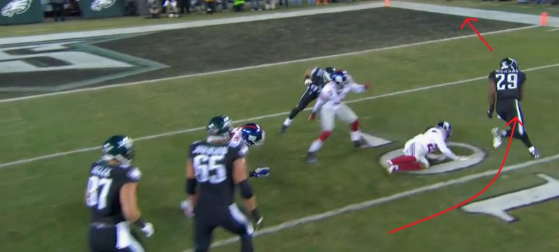 Demarco Murray goes around the right end for a 12-yard TD.